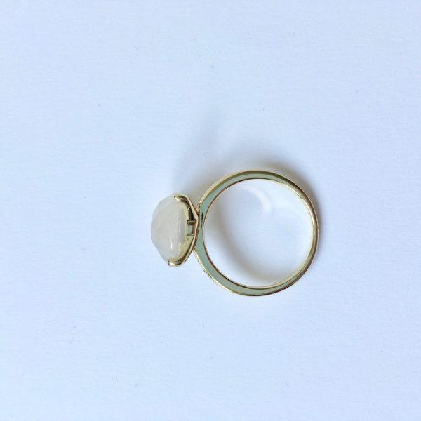 Natuursteen ring met chaton zetting goud mat glimmend