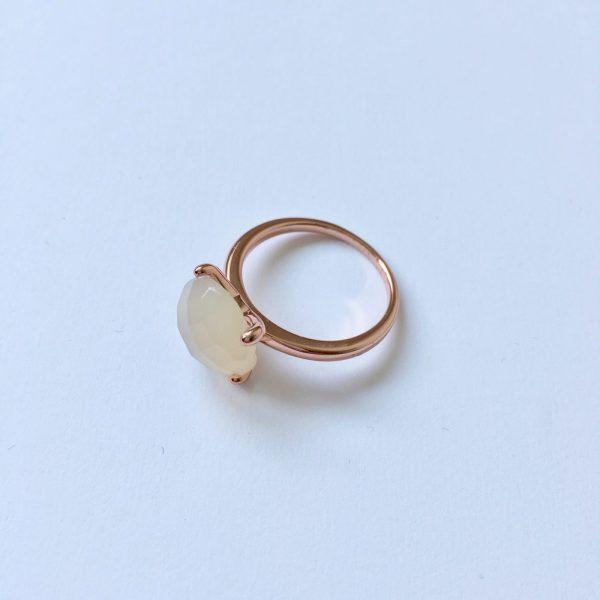 Natuursteen ring met chaton zetting rose goud mat glimmend edelsteen