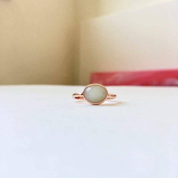 Ring met ovalen natuursteen rosé goud maat M 17 mm