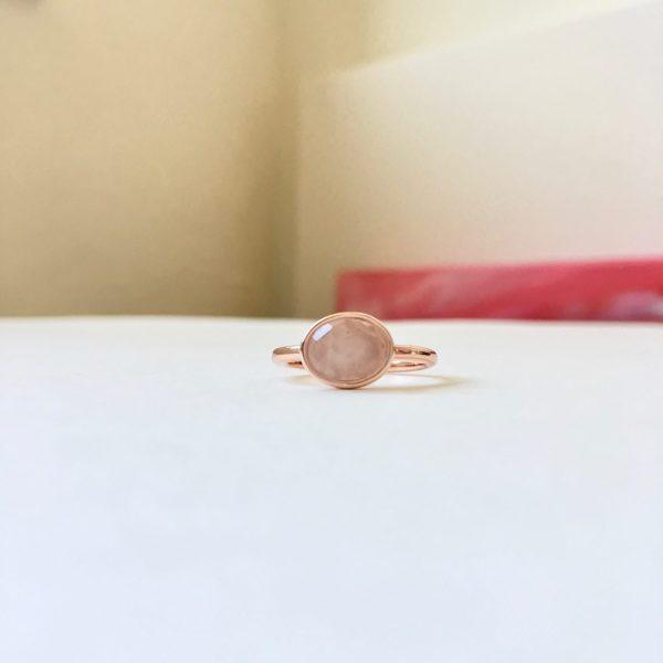 Ring met ovalen rozenkwarts rosé goud maat M 17 mm