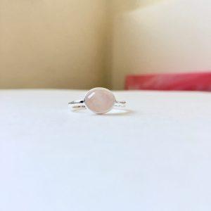 Ring met ovalen rozenkwarts zilver maat L 18 mm