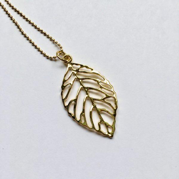 detail lange ketting bedel blad veer goud