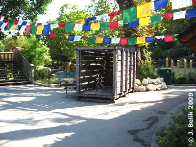 Transportkiste vor dem Nashorn-Park