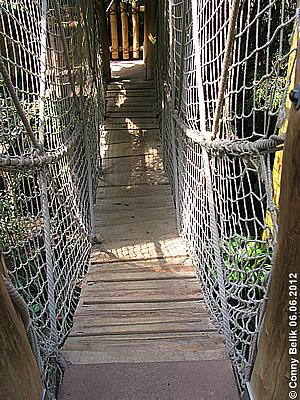 Die Hängebrücke schaut nicht nur wackelig und abenteuerlich aus, sie ist es auch! Grüne Pyramide, Sóstó Zoo, 6. Juni 2012