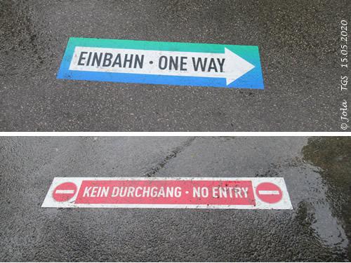 Aufkleber auf dem Boden mit EInbahn und Kein Durchgang