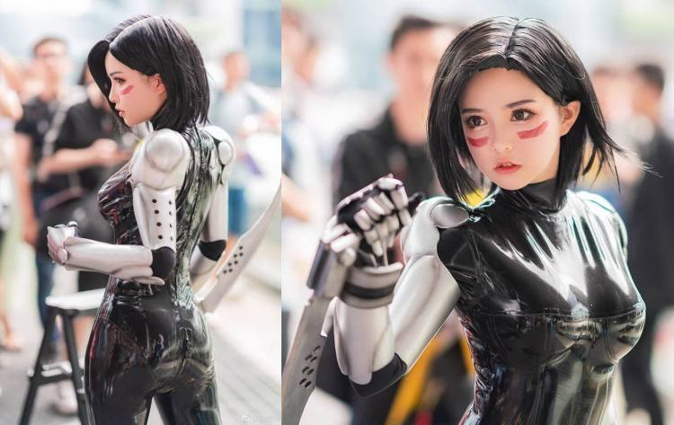 Alita Cosplayer with swords