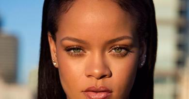 Rihanna e la sua ultima follia: un paio di calze da mille euro