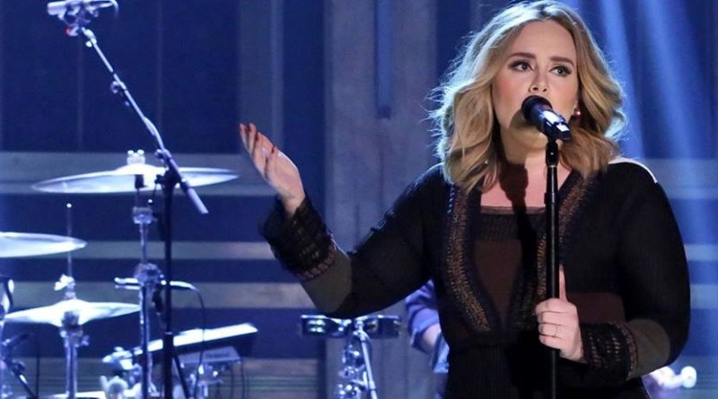 """Adele: il simpatico omaggio alla sua """"eroina"""" Dolly Parton"""