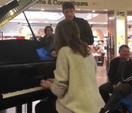Il video del momento: due artisti incantano i viaggiatori in un aeroporto