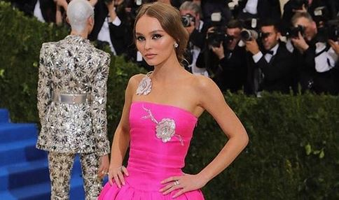 Lily-Rose Depp: la figlia di Johnny posa in topless. Ecco le foto