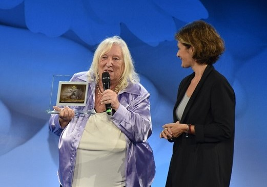 """""""Premio Camomilla"""" per le donne contro la violenza e il cancro al seno"""