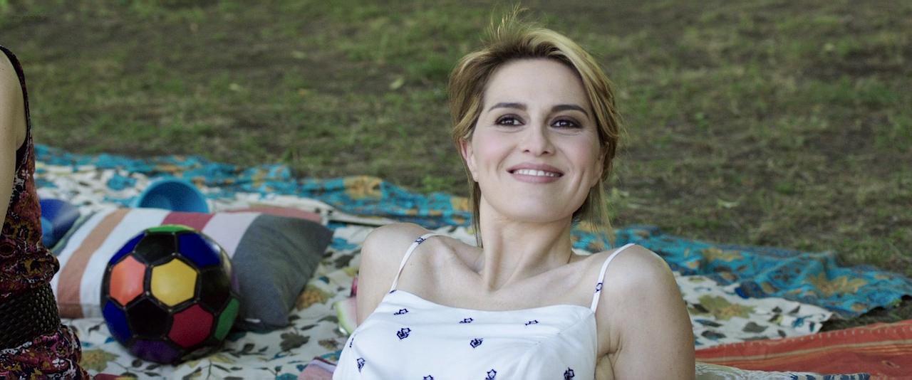 Paola Cortellesi hot sex and Ilaria Spada very hot butt in swim suit - Gli ultimi saranno ultimi (IT-2015) HD 720p BluRay (8)