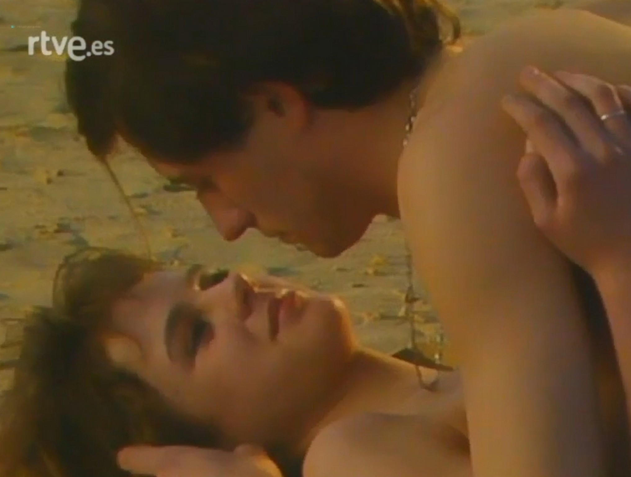 Emma Suárez nude topless- El Próximo Verano (Es-1983) (1)