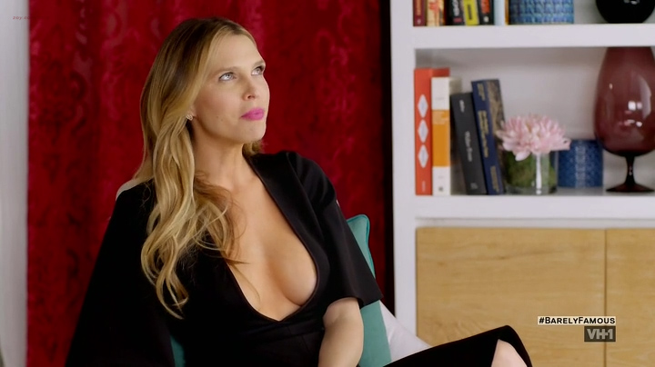 Sara Foster hot cleavage Erin Foster and Jessica Alba hot and sexy - Barely Famous (2016) S02E01 (7)