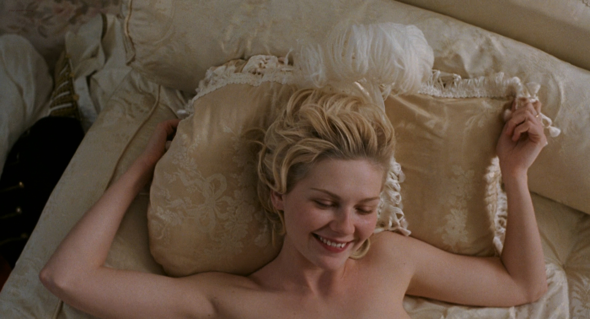Kirsten Dunst nude butt and hot - Marie Antoinette (2006) HD 1080p BluRay (11)