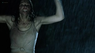 Jessica Biel hot see throuh - The Texas Chainsaw Massacre (2003) HD 1080p BluRay (10)