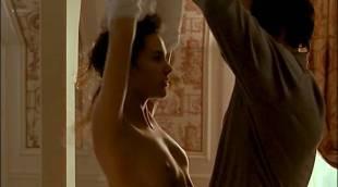 Virginie Ledoyen nude topless and very cute - En Plein Couer (FR-1998)