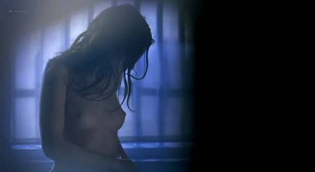 Virginie Ledoyen nude brief topless - De l'amour (FR-2001) (4)
