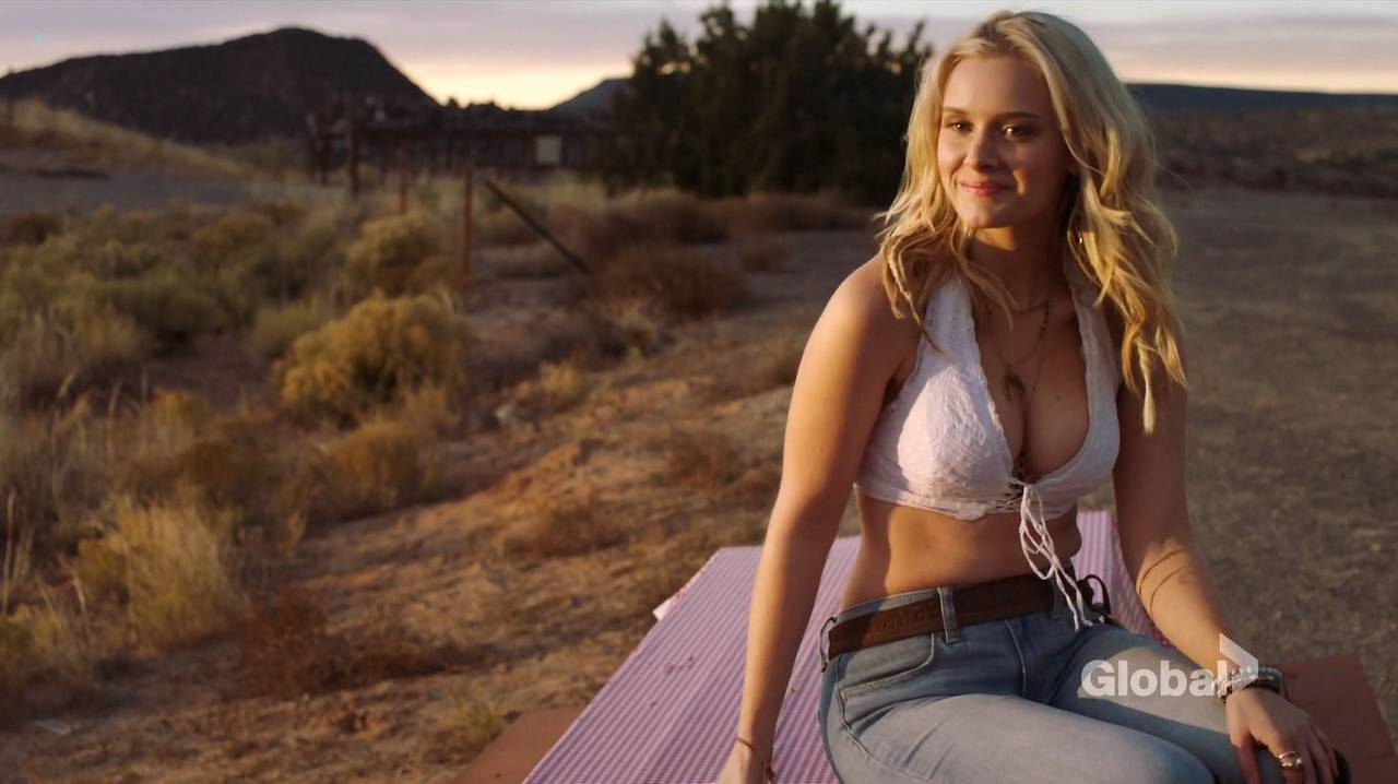 Taylor Black hot cleavage and Sarah Ramos hot - Midnight Texas (2017) s1e4 HDTV 720p (12)