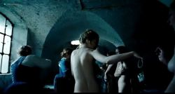 Emma Stone nude topless - The Favorite (2018) DVDScr (9)