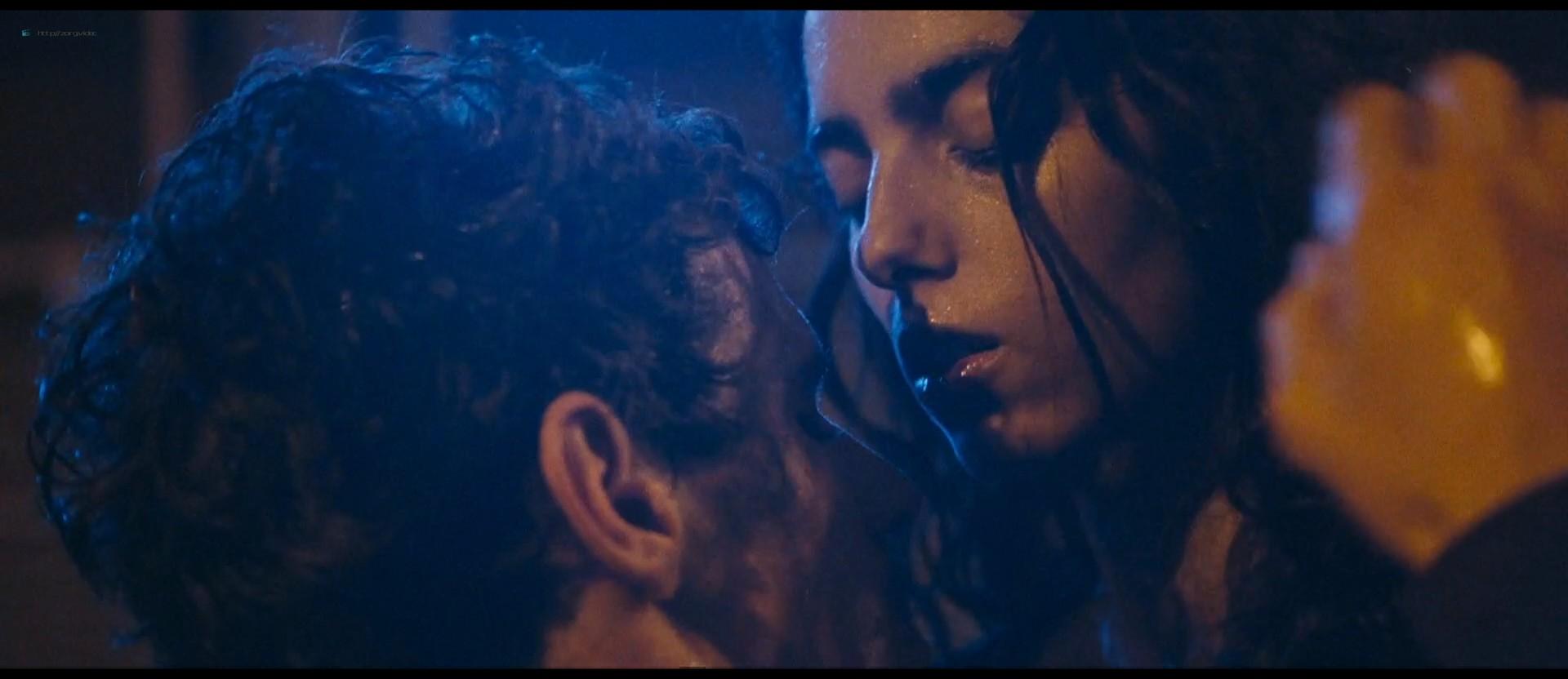 Hafsia Herzi hot Sophie Garagnon nude topless - Tu merites un amour (2019) HD 1080p Web (3)