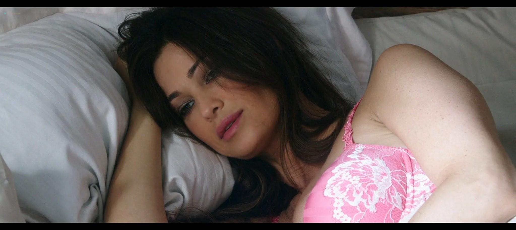 Manuela Arcuri hot bust Ria Antoniou sexy Non si ruba a casa dei ladri IT 2016 HD 1080p Web 001