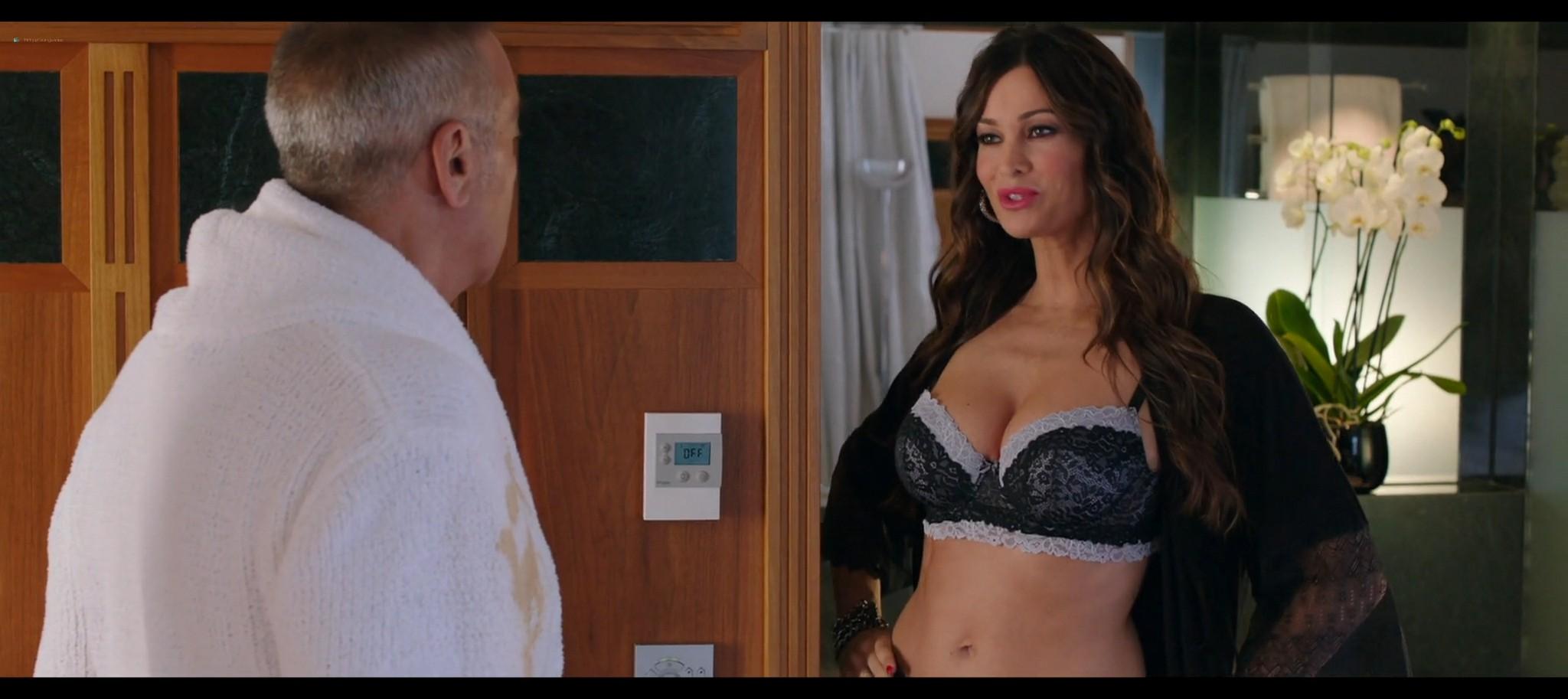 Manuela Arcuri hot bust Ria Antoniou sexy Non si ruba a casa dei ladri IT 2016 HD 1080p Web 016