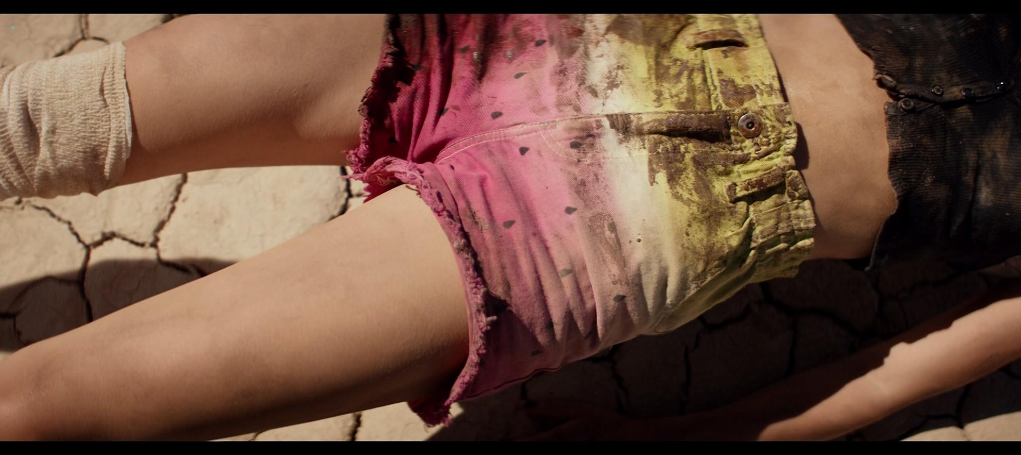 Suki Waterhouse sexy The Bad Batch 2016 1080p BluRay REMUX 14