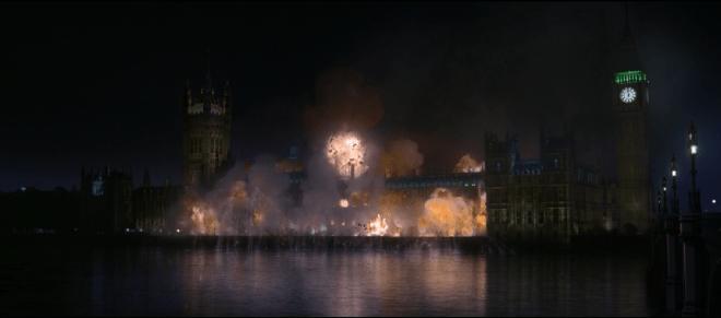 No filme V de Vingança, o belíssimo prédio do Parlamento do Reino Unido é vítima de um ataque terrorista... ou seria vítima da justiça dos homens?