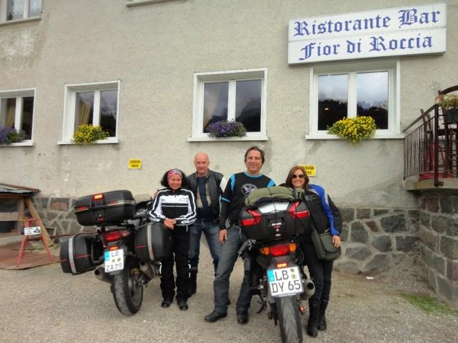 Flávio Faria (de camiseta com detalhes em azul)  e  Wolfgang Roller (jaqueta preta): amizade que rendeu um passeio de moto incrível por seis países europeus. À direita está Rosane, mulher de Faria, e à esquerda, Ivone, mulher de Roller.