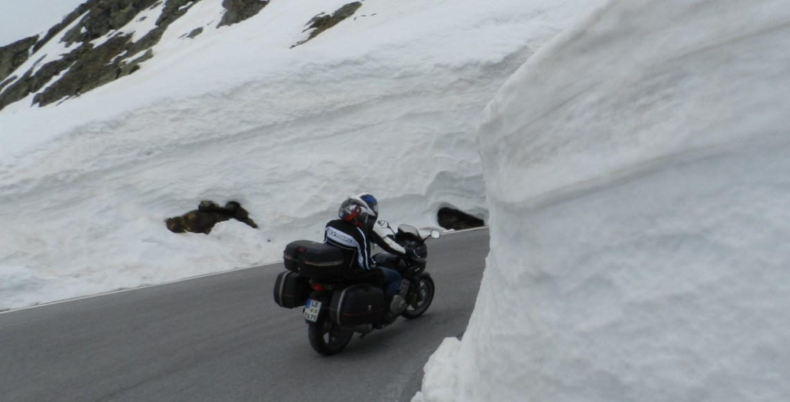 Motociclistas enfrentam as estradas de Passo del Rombo