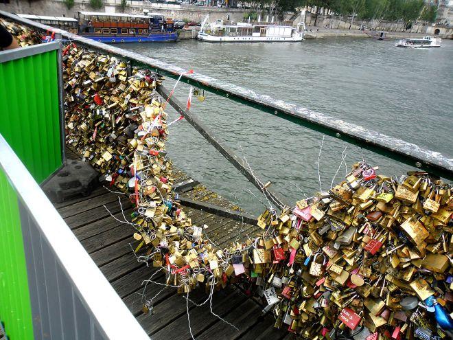 Pont des Arts: grade não suporta o peso dos cadeados do amor. Prefitura pede que turistas tirem fotos e desistam do costume | Foto: Mehdi Mhenni/CC