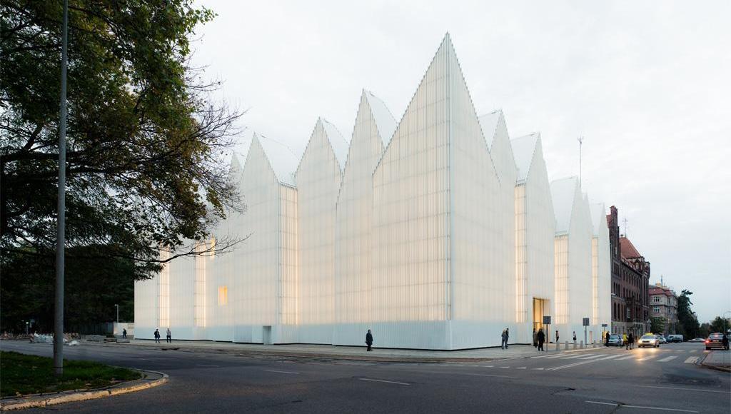 Fachada da nova casa da Filamônica de Szczecin, na Polônia | Foto: Simon Menges/Prêmio de Arquitetura da União Europeia