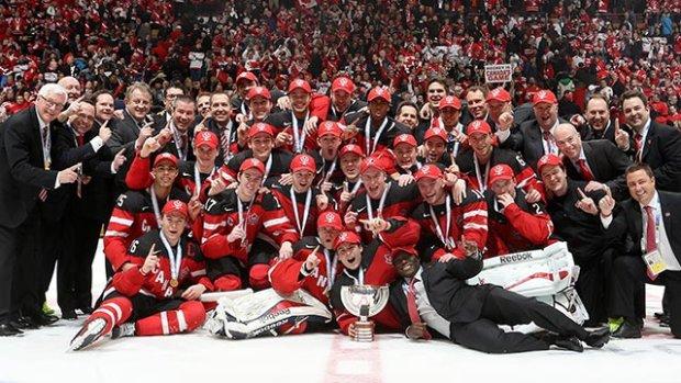 Time do Canadá no mundial de hockey de gelo 2015. O tamanho do gol e do goleiro não impediu a equipe de marcar seis vezes: foram os campeões