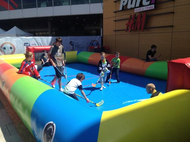 A criançada também se divertiu a valer com a mini areana de hockey inflável. A atmosfera do evento era de alegria pura | Foto: Henrique Andrade Camargo