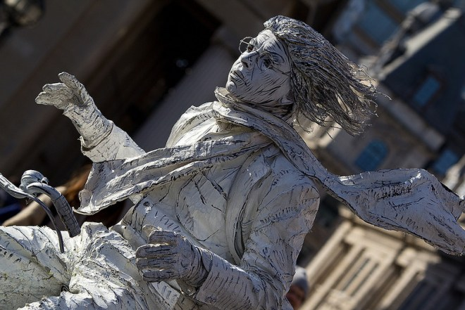 Homem estatua na Trafalgar Square |Foto: Chris Beckett/flickr