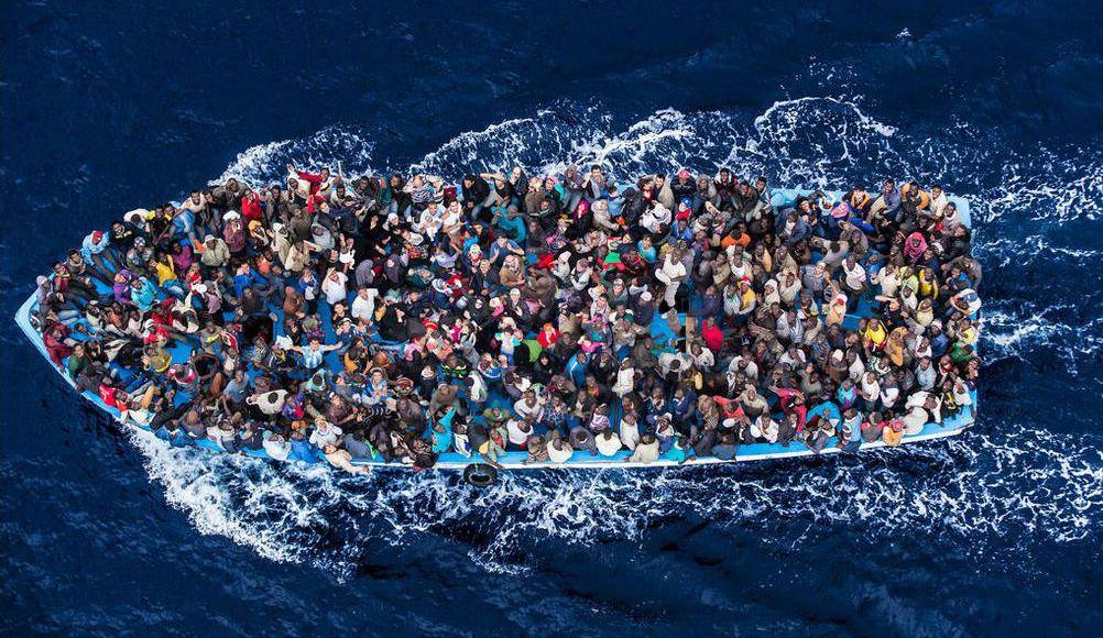 Refugiados a caminho da Europa | Foto: Reprodução/UNHCR – The Italian Coastguard / Massimo Sestini