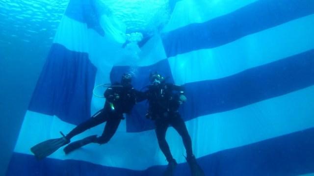 Εθνική Επέτειος: Ελληνική σημαία 84 τ.μ. στον βυθό της Βουλιαγμένης!