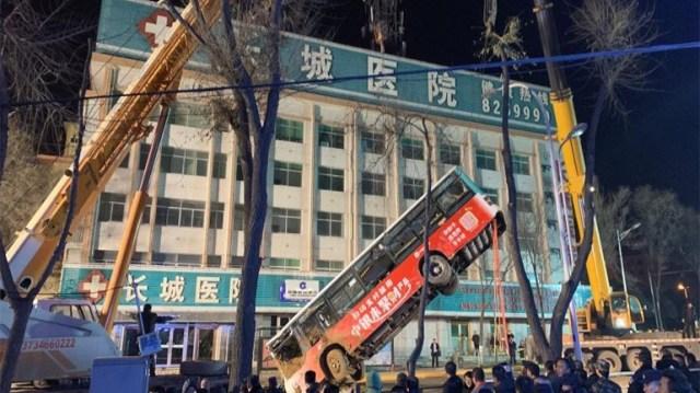 Σοκ στην Κίνα: Γιγαντιαία τρύπα «κατάπιε» τουλάχιστον 16 ανθρώπους σε μεγαλούπολη