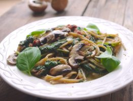 Romige spaghetti met spinazie, champignons en spekjes