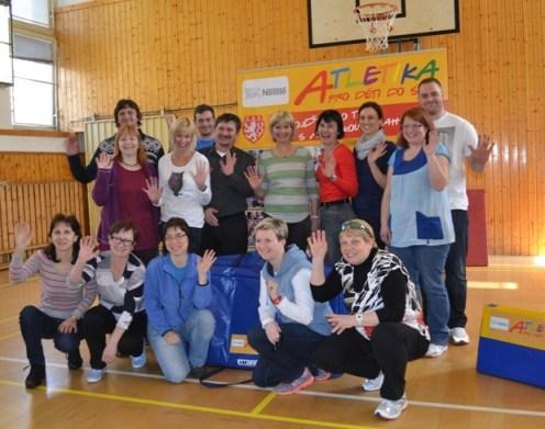 Zástupci 8 obdarovaných škol s tiskovým mluvčím Nestlé P. Novákem a koulařem T. Staňkem