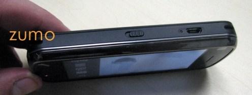 Lateral esquerda do N97: trava da tela e porta micro USB