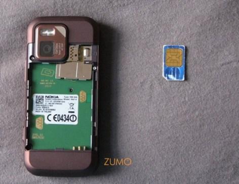 N97 mini: a gaveta do sim card fica abaixo da camera