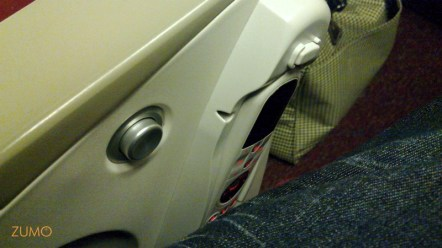 Controle remoto fica na lateral do assento (e sua perna pode acender a luz/chamar os comissários)