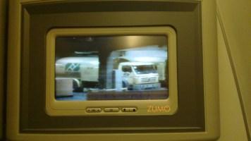 O sistema de entretenimento tem câmeras na frente do avião