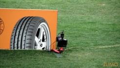 Câmera com disparador automático na beira do campo