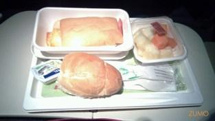 Café da manhã: pão, sanduíche de presunto e queijo, salada de frutas
