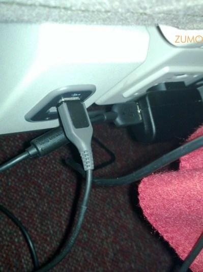 Outro ponto pra TAM: portas USB energizadas e tomadas no assento Conforto (!)