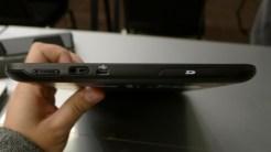 Na lateral, controle de volume, conector micro USB e leitor de cartões SD