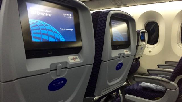 united 787  - 3